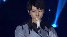 【星闻揭秘】<B>王俊凯</B>十八岁成人礼生日会:《冷暖》 现场live版