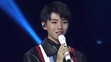 【星闻揭秘】<B>王俊凯</B>十八岁成人礼生日会:小凯读爸妈的信哭了