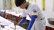 《五棵松棒球队》饭拍花絮 TFBOYS<B>王源</B>写毛笔字都好苏
