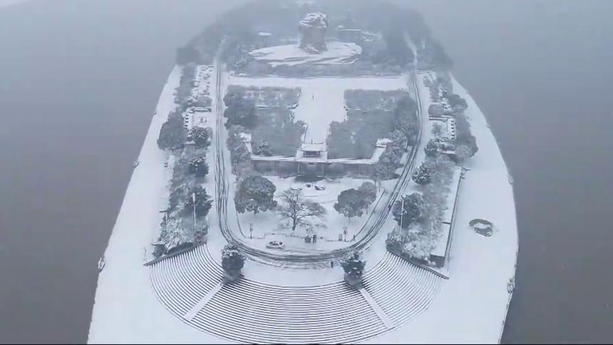 橘子洲冰封雪盖现罕见绝美雪景